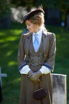 Hélène Joy stars as Doctor Julia Ogden in Murdoch Mysteries. Edwardian Dress, Edwardian Fashion, Edwardian Style, Victorian Dresses, Victorian Women, 1900 Clothing, Historical Clothing, Steampunk Costume, Steampunk Clothing