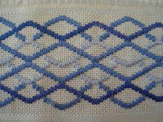 Toalha bordada a mão em ponto reto com 3 cores de linha