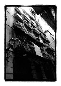 Barcelona en silencio, una ciudad para La Paz. Fotorreportage realizado en 2003 realizado durante las manifestaciones contra la guerra de Irak. Los ciudadanos colgaron manteles blancos en SEÑAL de PAZ. La autora busco una ciudad totalmente vacía como la impresión de cataclismo inminente. Blanco y negro analógico copia ONG fine art en 2007 de 79x90 y superior. Expuesto en PALAU MOJA DE BARCELONA, Generalitat-UNESCO,2007  ©gloriagiménez