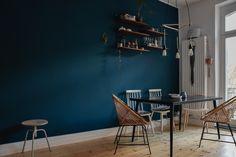 Blau als Wandfarbe ist der absolute Trend in Sachen Einrichtung. Auch in meiner Wohnung erstrahlt jetzt eine Wand in sattem Blau. Gefällts dir?