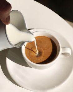 Кофе из любимой чашки всегда вкусней☀️А как завтракаете вы? Есть ли у вас любимая кружка? . I