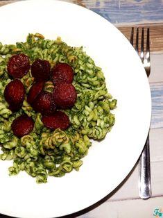 Sajtos-spenótos tészta kolbászchipssel | Finomat! másképp... Sprouts, Vegetables, Food, Vegetable Recipes, Eten, Veggie Food, Brussels Sprouts, Meals, Veggies