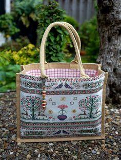 Tassen...., je hebt er nooit genoeg! Amazing jute bag recovered in fabric and lined.