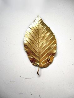 For original, authentic table decorations, simply collect a few leaves from your garden and spray paint them with gold spray paint.