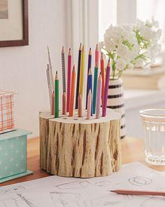 Vielleicht hast du noch ein Stückchen Holzstamm aus dem Garten oder beim Holzvorrat? Fertige dir daraus mit wenigen Handgriffen deinen ganz individuellen Stifthalter und die Ordnung auf deinem Schreibtisch ist ein Hingucker. Wir zeigen Dir wie´s geht!