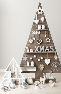 It's that time of the year and you must be looking for mesmerizing outdoor Christmas tree decorations for your home. Christmas trees and their decoration [. Pallet Christmas Tree, Noel Christmas, Outdoor Christmas, All Things Christmas, Winter Christmas, Modern Christmas, Christmas Jingles, Minimalist Christmas, Rustic Christmas