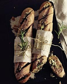 Cheesy Garlic & Herb Butter Baguettes Ingredients: 1 baguette, 1 clove garlic, ½ stick butter, cup strong cheese (such as Appenzeller), 3 tablespoons fresh herbs (parsley and rosemary) Think Food, Love Food, Garlic Herb Butter, Garlic Bread, Herb Bread, Rosemary Bread, Garlic Knots, Sweet Paul, Daily Bread