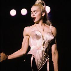 """Madonna e o icônico figurino de Jean Paul Gaultier para a turnê """"Blonde Ambition"""", de 1990 (Foto: Instagram/Reprodução)"""