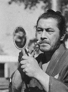 """""""Bien afeitado un Samurai luce mejor"""". Toshiro Mifune, actor emblemático del cine nipón se repasa antes de ponerse delante de la cámara."""