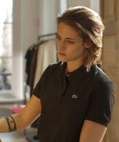 Kristen Stewart's character in Personal Shopper may be dealing with a loss, but she looks damn good while doing it. Kristen Stewart Hair, Kirsten Stewart, Kristen Stewart Personal Shopper, Daniel Golz, Noora Style, Pretty People, Beautiful People, Below Her Mouth, Gothic Beauty