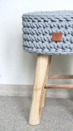 Drewniany stołek z pokrowcem dzierganym ręcznie z grubego bawełnianego sznura. Pokrowiec jest zdejmowany i można go prać w pralce #stołek #dziergany #dziergane #naszydełku #szydełkowane #szydełkowe #sznurek #bawełniany #zesznurka #drewniany #dzianienawygonie #siedliskonawygonie #rękodzieło #ręcznie #robione #handmade #cotton