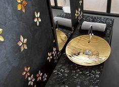 goldene Details auf schwarzem Hintergrund Mosaic Tile Designs, Mosaic Tiles, Gold Bad, Bath Shower Combination, Bohemian Bathroom, Mosaic Bathroom, Concrete Kitchen, Amazing Bathrooms, Mosaic Glass