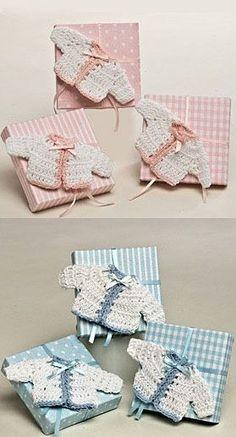 Broche chaqueta bebé ganchillo en caja con peladillas [50-AP107.2.3] - 3.50€ : Cosas43, detalles y regalos para los invitados, boda, comunión y bautizo, regalos infantiles