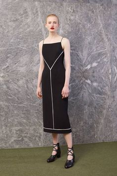 The complete Emilia Wickstead Resort 2019 fashion show now on Vogue Runway. Urban Fashion, High Fashion, Fashion News, Fashion Outfits, Emilia Wickstead, Moda Emo, Vogue, Event Dresses, Fashion Show Collection