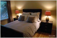 照明を対象にレイアウトしたモダンな寝室|寝室のインテリアコーディネート