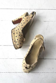 cf7594cb12fe Vintage 1940s cream fabric shoes with platform sole and bowed peeptoe. ---  M E A S U R E M E N T S