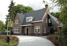 Villa Zwaenehof is een opvallende landelijk villa door de variaties in de architectuur.