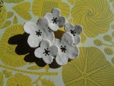 真っ白いモクレンをモチーフにした 花の陶ブローチです。 花心には、金彩と銀彩を施し、清楚ながら存在感を 放っています。 素材:半磁土、金彩、真鍮金具(ロジウムメッキ) サイズ:直径最大約5.0cm ※作陶、絵付け、焼成と、すべて手作りですので、 風合いやサイズなど、お届けする作品に、若干の違いがある場合もあります。