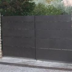 Portail contemporain avec tôle en quinconce | Autrement Métal Block Wall, Garage Doors, Iron, Outdoor Decor, House, Home Decor, Metal Garden Gates, Contemporary, Home