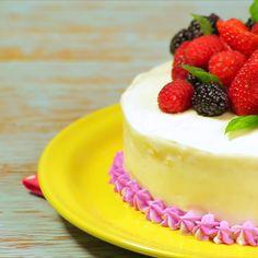 Tradicional pastel de tres leches para compartir con toda la familia, esta receta cuenta con una cremosa salsa de leche y brandy. Viene decorado con frutos del bosque, para darle un toquecito de acidez.