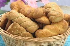 Το Πάσχα είναι μια ευκαιρία να μπούμε στην κουζίνα με τα παιδιά και να ζυμώσουμε μαζί κουλουράκια. Το σπίτι θα μοσχομυρίσει! Αλλωστε Πάσχα χωρίς κουλουράκια δεν γίνεται. Ο γνωστός σεφ Βασίλης Καλλίδης μας δίνει την πιο Greek Desserts, Greek Recipes, Bread, Vegetables, Food, Brot, Essen, Greek Food Recipes, Vegetable Recipes