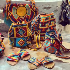 Yes, here we are going to make your introduction with some stylish and the heart-winning designs of the bohemian style handbags and the purses. Boho Chic, Hippie Chic, Bohemian Style, Hippie Style, Mochila Hippie, Estilo Hippie, Boho Accessories, Boho Bags, Aesthetic Fashion