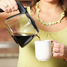Wer bei laufender Kaffeemaschine schon mal eine Tasse für sich abzapft hat gleich doppelt das Nachsehen - und die Gründe leuchten ein!