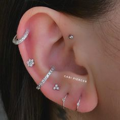 People Are Piercing Constellations And This New Trend Is Out Of This World - PIE .People Are Piercing Constellations And This New Trend Is Out Of This World - PIERCINGS constellationpiercing People Are Piercing Constellations Daith Piercing, Faux Piercing, Cool Ear Piercings, Types Of Ear Piercings, Smiley Piercing, Multiple Ear Piercings, Cartilage Earrings, Stud Earrings, Body Piercings