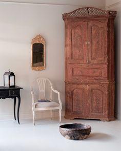 18th century Gustavian corner cabinet.