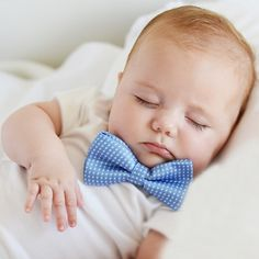 Pajaritas de tela para disfraz bebé chico. Divertidas pajaritas para el cuello de tu bebe o recién nacido. En topos o estrellas son ideales para un reportaje de fotografia. Blanca = blanca con estrellas negras Celeste= azul con topitos blancos 6.50 €