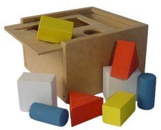 Ref. 089 - PASSA-PASSA CAIXA - Matéria-Prima MDF - Mede: 12,5cm x 12,5cm e 7,5cm de altura; Contém: 8 peças. Objetivo: * Manipular livremente o material, pondo e tirando as peças de dentro da caixa; * Tentar encaixar as peças sem olhar; * Encaixar as peças através de solicitação ou nomeando-as pela cor ou pela forma. Facilita: * Discriminação visual de forma e cores; * Discriminação tátil (formas); * Orientação espacial. A partir dos 2 anos.