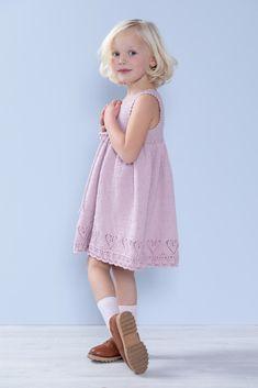 Dagens gratisoppskrift: Kine hjertekjole | Strikkeoppskrift.com Girls Dresses, Flower Girl Dresses, Knitting For Kids, Wedding Dresses, Design, Fashion, Bride Dresses, Moda, Dresses For Girls