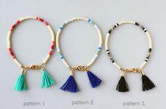 Multi couleur perles Bracelet damitié, un Bracelet, bijoux pompons, Bracelet en perles, Bracelet en perle de rocaille, bijoux Bohème *****************************************************************************  Cette liste est pour un bracelet simple brin avec deux pompons.  Sil vous plaît choisir votre combinaison de couleurs comme indiqué sur la 4ème photo : 1. modèle 1 - bracelet simple brin en ivoire avec rouge foncé, rose vif, orange, fard à joues roses & or perles avec 2 pompons…