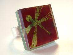 "Glass and adjustable ring ""dragonfly""  bglass.glass@facebook.com es.dawanda.com/shop/BGLASSbcn etsy.com/shop/BGLASSbcn Anillo de talla autoajustable de vidrio libélula en tonos verdes y rojos. Pintado a mano. Tamaño de la pieza de 2 cms. x 2 cms. corte vidrio 0,8 ..."