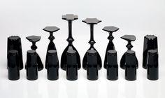 """Uma série de taças e copos com disign """"estratégico"""", by Xin Wang. Uma vez que virados de cabeça para baixo se tornam peças de tabuleiro de xadrez."""