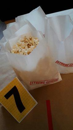 """Butterbrot Tüten als deko für den detektiv geburtstag. ... mit popcorn gefüllt, mit Teelicht zur Beleuchtung z.b. für draussen oder als günstige Alternative für die """"mitgebsel """""""
