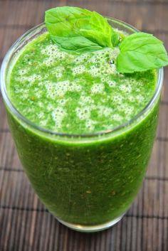 Zielony koktajl oczyszczający - z banana, szpinaku i ostropestu plamistego. Ostropest plamisty (Silybum marianum) to roślina wykorzystywa...