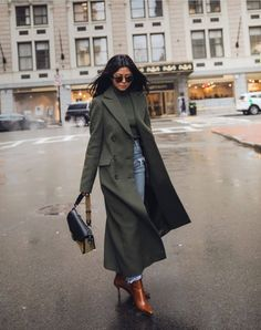 Women's coats trends and trends, photos of fashionable coat models - Winter Outfits Long Coat Outfit, Winter Coat Outfits, Trench Coat Outfit, Green Winter Coat, Green Coat, Ripped Jeans Style, Stylish Coat, Lookbook, Jean Outfits
