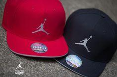 Jordan tritt das Performance-Pedal bei den beiden neuen Jumpman Perforated Snapbacks bis zum Boden durch! Die Caps mit großzügigem Jumpman-Logo auf der Front sind aus schnell trocknendem Dri-Fit-Material gefertigt und auf der Rückseite perforiert, um für beste Luftzirkulation zu sorgen. Du bekommst diese Snapbacks in Rot und Schwarz im SNIPES Onlineshop sowie in Stores in deiner Nähe. Preis: 29,99 Euro #snipes #snipesknows #jordan #cap #perforated #jumpman #caplove #jordanlove