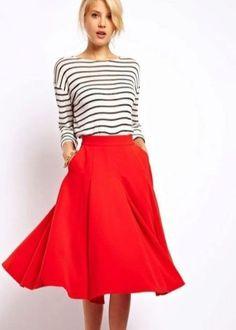 Футболки, топы, джемперы в черно-белую полоску шикарно смотрятся с красными пышными юбками и голубыми джинсами. В сочетании с черными элементами гардероба такая кофта создает лаконичный и стильный лук. А любительницы ярких красок сочетают такую модель с зеленым, желтым, фиолетовым и другими яркими цветами.
