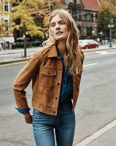 Look total jeans com jaqueta marrom de suede.