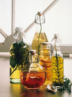 Various homemade vinegars & oils - from left to right: tarragon oil, garlic-chilli vinegar, dill vinegar, raspberry vinegar, laurel-thyme oil Diy Food Gifts, Homemade Gifts, Infused Oils, Healthy Food List, Kitchen Gifts, Other Recipes, Olives, Vinegar, Food Porn