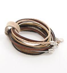 Pimps & Pearls LIMITED EDITION URBAN EARTH handgemaakte leren armband model Moesss Limited. In deze armband zijn 2 nieuwe leersoorten verwerkt, een heel fijn plat vlechtje van geitenleer en een bruin Spaans lederen lint met een donkere rand - NummerZestien.eu