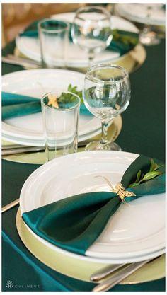 Green Party Decorations, Green Wedding Centerpieces, Wedding Napkins, Wedding Table, Wanderlust Tattoo, Green Tablecloth, Emerald Green Weddings, Enchanted Forest Wedding, Deco Table