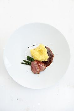 Duck sauerbraten with gin and mashed potatoes - Anrichten Gourmet Desserts, Gourmet Recipes, Food Design, Food Plating Techniques, A Food, Food And Drink, Food Garnishes, Asparagus Recipe, Molecular Gastronomy