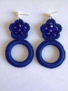 Orecchini ad uncinetto con fiore e cerchio di colore blu
