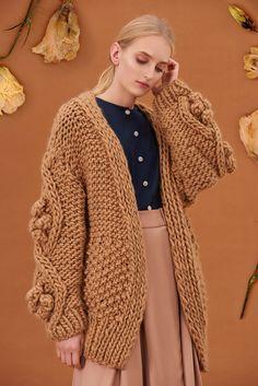 Shop&Watch online at: www.patipasek.com  #handmade #chunky knits #chunky wool #beige jumper #oversize cardi #cozy Photo: Koty2Photostorytellers Chunky Knits, Chunky Wool, Winter 2017, Fall Winter, Watches Online, Jumper, Cozy, Beige, Knitting