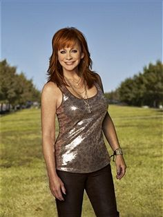Country music artist and actress Reba McEntire is photographed for the December 2010 People Country Special on October 2010 in Nashville, Tennessee. Old Country Music, Country Music Artists, Country Music Stars, Country Concerts, Beautiful Redhead, Beautiful Celebrities, Country Female Singers, Reba Mcentire, Full Figured Women