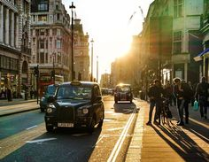 London, Piccadilly  The sun is out over the British Capital – what a better way to start the day? (photo by @alisinworldland)  Good morning from London Town!