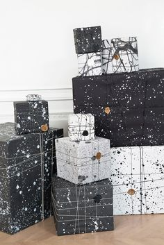 Weiß und Schwarz sind Klassiker. Farbspritzer auf einfachem Geschenkpapier interpretiert den Look neu und super modern! // Splatter paint black and white gift wrapping is a definite must-try this holiday season! #GiftWrapping #Idea #GeschenkeEinpacken #Inspiration #Marble #Bahlsen #LifeIsSweet